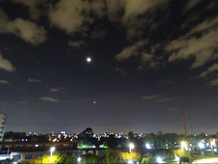 La Luna y el planeta Venus miran la cuarentena en Bogotá
