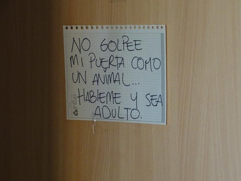 Cartel en apartamento en cuarentena